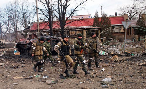 Venäjä-mieliset separatistit partioivat Debaltsevessa viime vuonna.