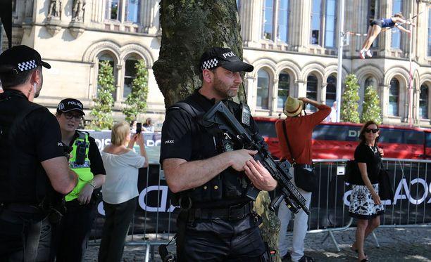 Poliisi partioi sankoin joukoin Manchesterin keskustassa perjantaina.