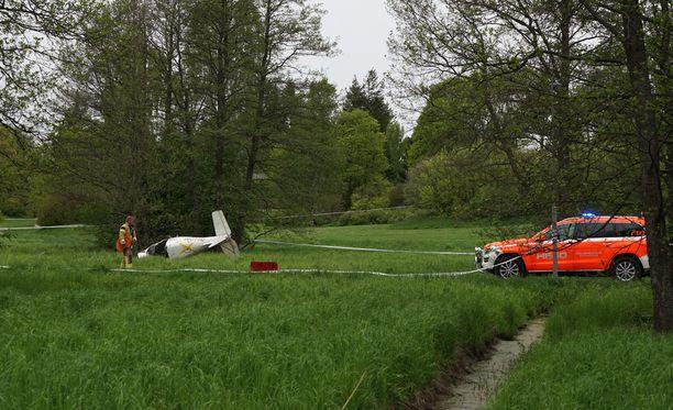 Pienkoneen kyydissä olleet kaksi keski-ikäistä miestä loukkaantuivat lievästi. Toinen potilaista jouduttiin irroittamaan koneen hylystä pelastuslaitoksen toimesta hydraulisilla työkaluilla.
