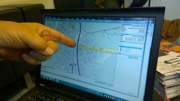 Lappilainen Itella-kuski on painellut 108:aa kilometriä tunnissa 80-alueella. Jorma Karvosen sormi näyttää punaista.
