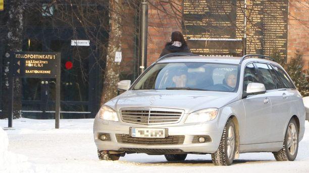 Uhri (vas.) ja yksi rikoksen epäillyistä tekijöistä saapuivat maaliskuussa 2017 käräjäoikeuteen uhrin omistamalla autolla, jota tekijä ajoi. Autoa kuljettaneen naisen syyte hylättiin Turun hovioikeudessa.