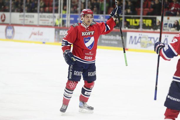 Juhani Tyrväinen tuulettaa 2-0-osumaansa.