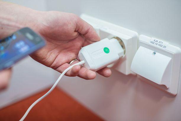Asmo-laturi eroaa perinteisestä laturista siinä, että laturista katkeaa virta aina, kun siihen ei ole liitetty laitetta. Näin laite on huomatttavasti paloturvallisempi ja energiatehokkaami.