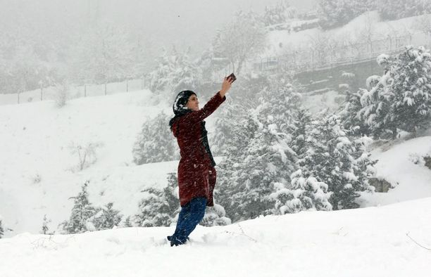 Iranilaistyttö otti selfietä rankan lumisateen aikana pääkaupunki Tehranin lähellä sijaitsevassa Lavasanissa.