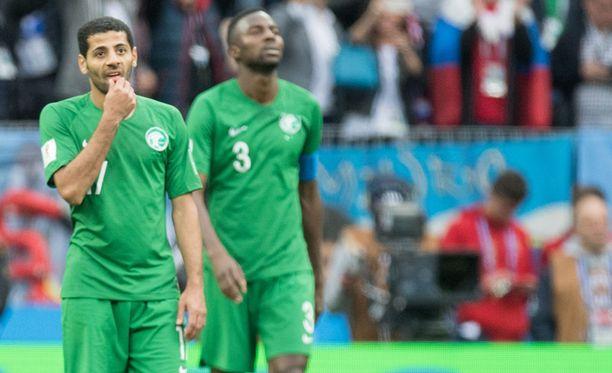 Saudi-Arabian MM-kisajoukkue selvisi pienistä vastoinkäymisistä huolimatta turvallisesti perille Rostoviin. Kuvassa keskikenttäpelaaja Taiseer Al-Jassam ja puolustaja Osama Hawsawi (3).