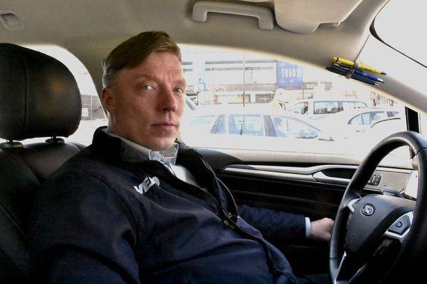 Oulusta saapunut taksikuski Harri Häkämies pelkää, että laatu katoaa Suomesta sen jälkeen, jos hallituksen suunnittelema lakiuudistus toteutuu.