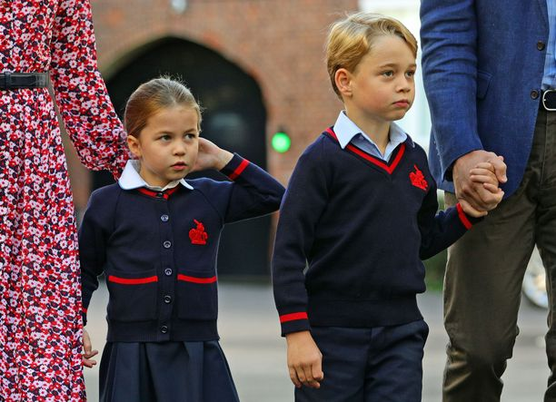 Prinsessa Charlotte ja prinssi George kuvattuina syksyllä koulupuvuissaan.