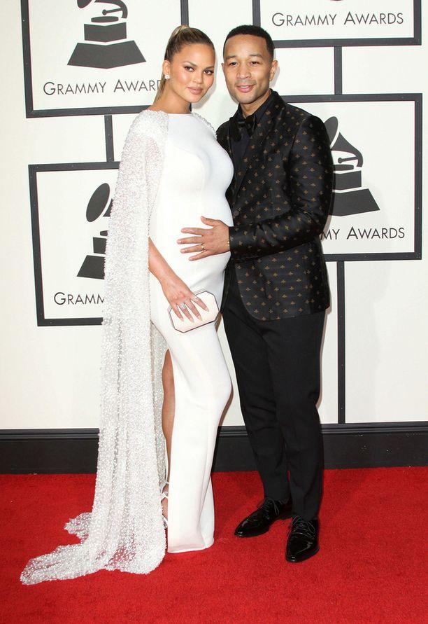 Huippumalli Chrissy Teigen ja John Legend.