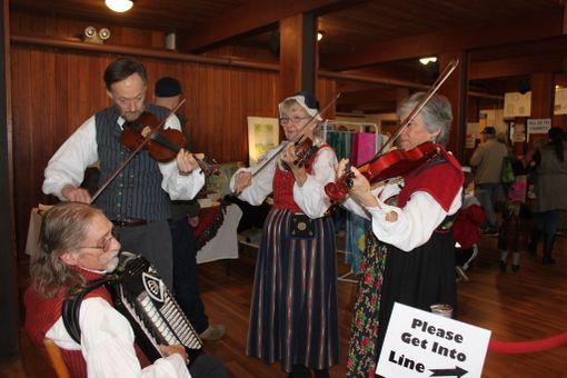 Pelimanniyhtye Skandal viihdytti joulubasaarin kävijöitä suomalaisella kansanmusiikilla. Yhtyeessä soittavat Lee Magnuson, Dick Smith, Christina Kalke ja Mary Louise Cohen.