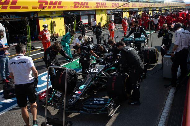 F1-auton ympärillä työskenneltäessä turvaväleistä ei ole tietoakaan.