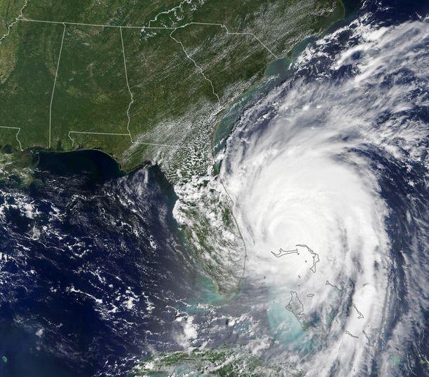 Dorian iski Bahamalle viitosluokan hurrikaanina. Kansainvälinen Punainen Risti arvioi, että sen jäljiltä noin 13000 taloa on vaurioitunut vakavasti tai tuhoutunut kokonaan.