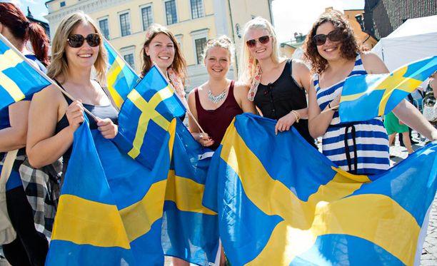 innokkaita turisteja linnan ulkopuolella, Ester Sporleder, Johanna Hassfeld, Julia Kalb, Carolin Lemke ja Verena Kaar.