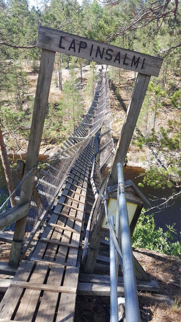 Repoveden kansallispuistossa sattui viime sunnuntaina uhkaava tilanne, kun riippusillan vaijeri petti 10 metrin korkeudessa.