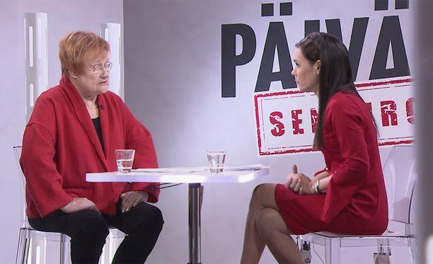Tarja Halonen muisteli menneitä Susanne Päivärinnalle.
