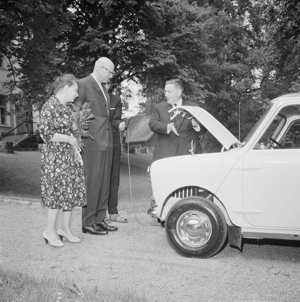 Presidentti Urho Kekkonen sai Englannin vierailullaan lahjaksi rouva Sylvi Kekkosen käyttöön tarkoitetun Minin. Morris-tehtaan Raoul Falin esitteli autoa Tamminiemen pihamaalla presidenttiparille kesäkuussa 1961.