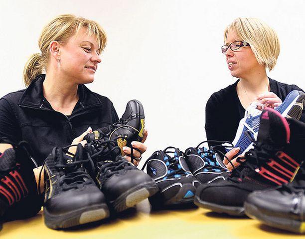 Petra Herlin ja Nina Pyykönen laittoivat tossut testiin. – Mielenkiintoista havaita kuinka suuria eroja näissä on, naiset pohtivat.