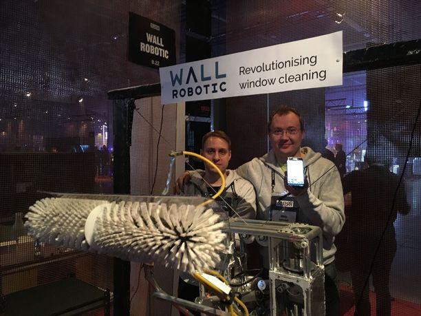 Wall Robotic -yritys toimii toistaiseksi vielä espoolaisessa autotallissa. Vasemmalta Antti Kahilakoski ja Mikko Valtonen.