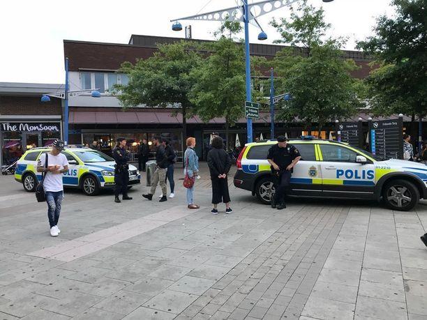 Göteborgin poliisi partioi tällä viikolla tiiviisti ongelma-alueilla. Kuvassa poliiseja Frölunda Torgilla.