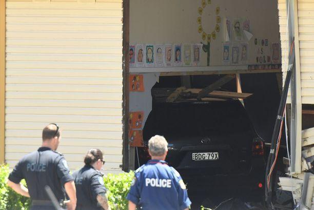 Auto syöksyi sisään puisesta koulurakennuksesta.
