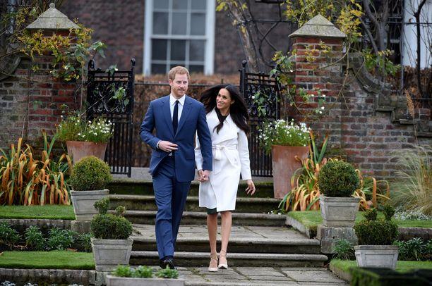 Prinssi Harry ja Meghan Markle tulossa Kensingtonin palatsista.