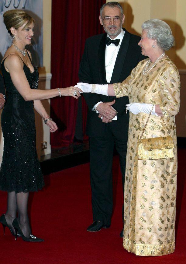 Popin kuningatar Madonna pelkistetyn tyylikkäässä pikkumustassa ja kuningatar Elizabeth II vaaleankeltaisessa juhlamekossa vuonna 2005.