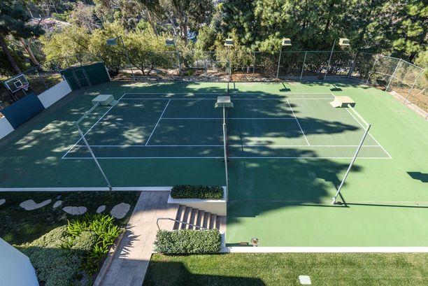 Pihalla on myös tenniskenttä.