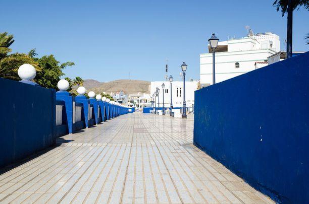 Plaza las Maranuelas -kävelytie kulkee rantaa pitkin.