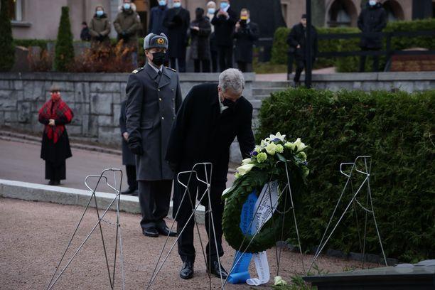 Presidentti Sauli Niinistö laski seppeleen J.K. Paasikiven haudalle perjantaina.