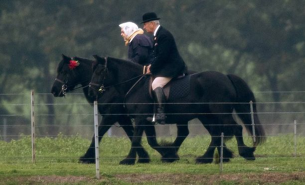 Viimeksi 92-vuotias kuningatar nähtiin hevosen selässä marraskuussa. Tuolloin hänen ratsastuskaverinaan oli hevosenhoitaja Terry Pendryon.