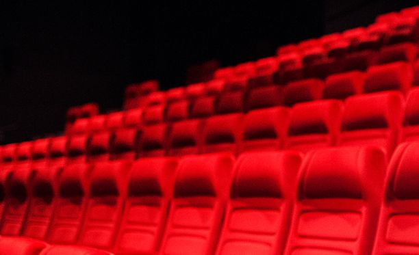 STT:n tietojen mukaan poliisi on seurannut jo pidempään naista, joka on haaveillut joukkosurmasta elokuvateatteriin (kuvituskuva).