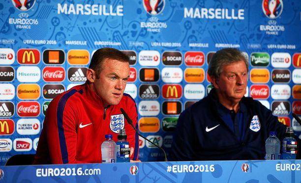 Huligaanien tekoset eivät juuri hymyilyttäneet Wanye Rooneya ja Roy Hodgsonia.