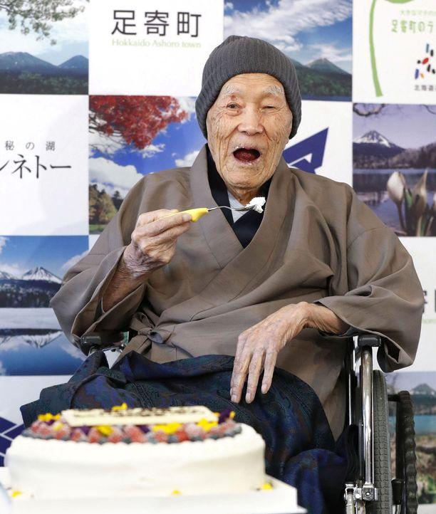 Masazo Nonaka syö viime vuonna täytekakkua sen kunniaksi, että Guinnessin ennätystenkirja nimesi hänet maailman vanhimmaksi mieheksi.