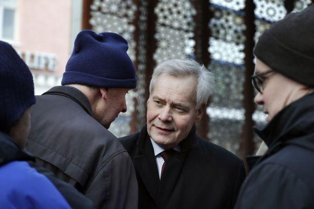 Puoli vuotta Suomea johtanut pääministeri Antti Rinne (sd) on joutunut myrskyn silmään Posti-jupakan vuoksi.