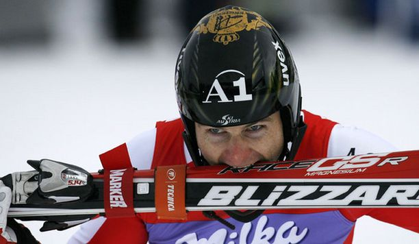 Reinfried Herbst suuteli suksiaan voiton jälkeen.