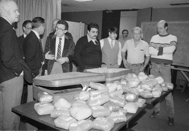Yhdysvaltain huumepoliisi DEA tarkastelee 200 kilon kokaiinilastia vuonna 1983 New Yorkissa.