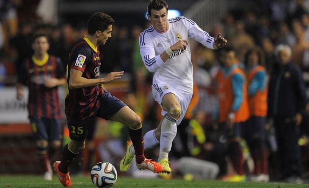 Gareth Bale kiihdytti Marc Bartran ohi.