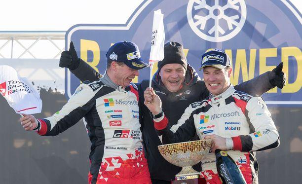 Jari-Matti Latvala (oik) juhli yhdessä kartturi Miikka Anttilan (vas.) ja tallipäällikkö Tommi Mäkisen kanssa Toyotan ensimmäistä MM-rallivoittoa lähes 18 vuoteen.