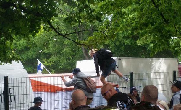Alueen ulkopuolella ei ollut turvamiehiä, joten innoikkaimmat hyppivät aidan ylitse.