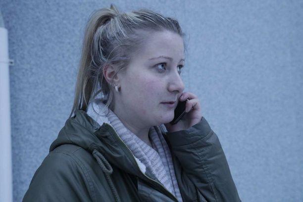 Tamperelainen lähihoitaja Minna Tolonen auttoi palanutta miestä maanantaiaamuna.