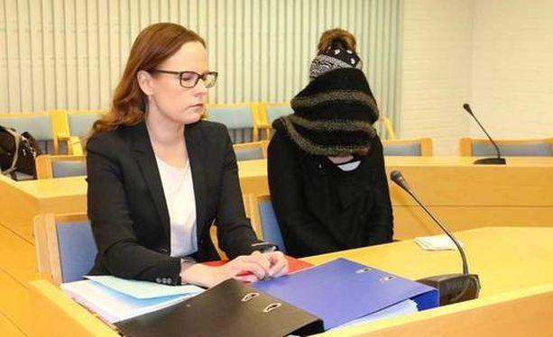 Kuvassa syytetty, kasvonsa peittänyt Kaisa Vornanen-Karaduman ja hänen puolustusasianajajansa Meeri Palosaari hovioikeudessa vuonna 2016.
