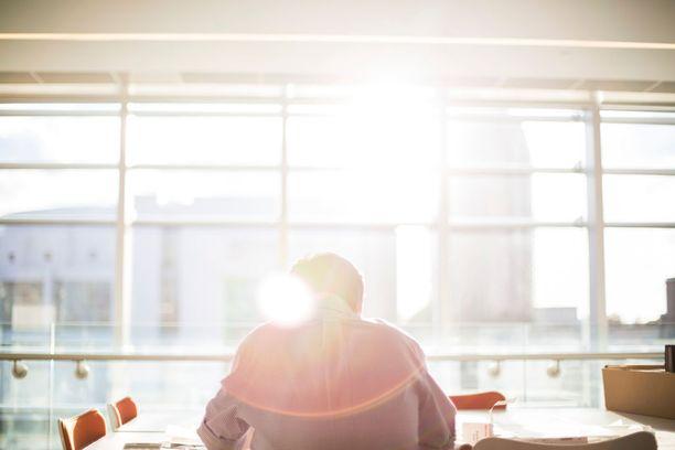 Jos altistut pitkiä aikoja auringonvalolle sisätiloissa, on säteilyltä suojautuminen paikallaan.