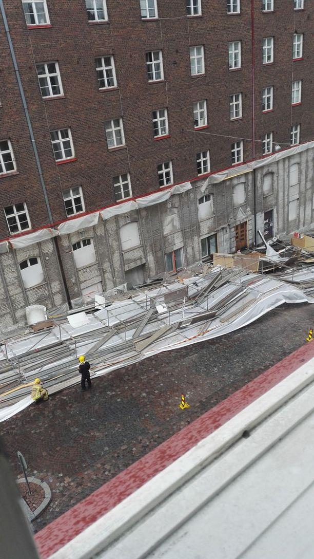 Rakennustelineet rojahtivat katuun juhannusaattona 2018 osoitteessa Viides linja 3.