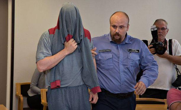 Syytetty saapui oikeudenkäyntiin kasvot peitettynä.