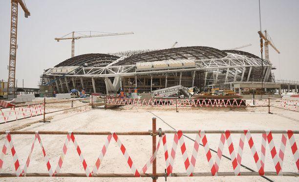 Qatarin MM-stadioneiden rakennustyömailla on tietojen mukaan kuollut lukuisia ihmisiä.