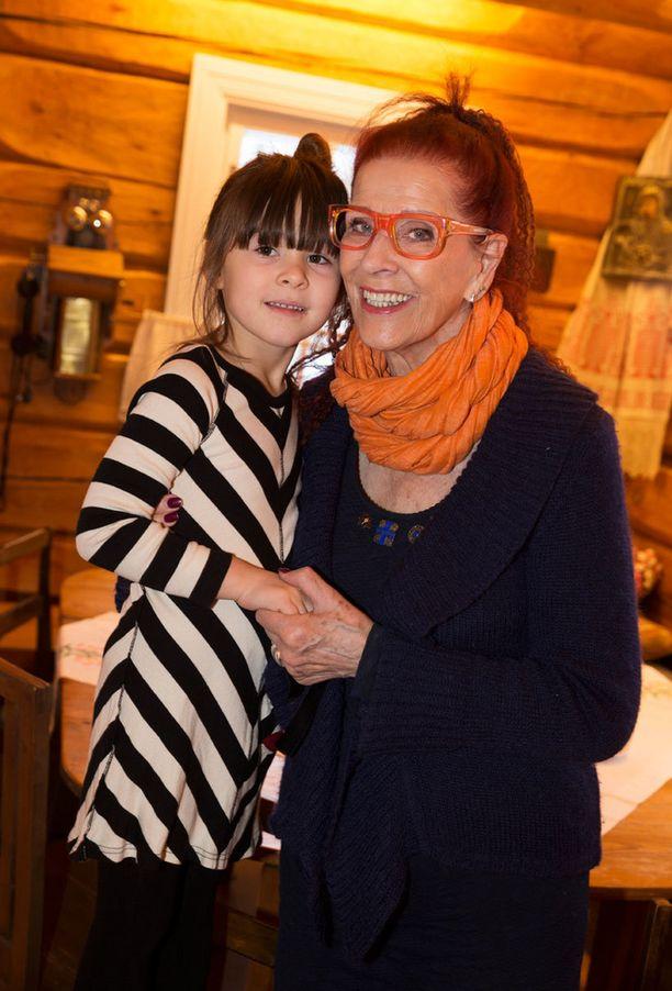 """Aira Samulin emännöi joulujuhlia yhdessä """"ylämummon"""" silmäterän, pojanpojan tyttären Siennan, 5, kanssa."""