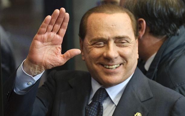Silvio Berlusconin suusta pääsee sammakoita.