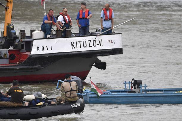 Pelastusoperaatio loppujen veneturmassa kadonneiden löytämiseksi Tonavassa jatkui torstaina.