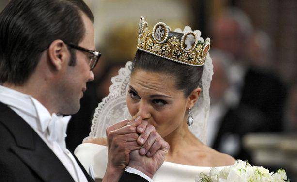 Victoria suuteli miestään kädelle jo ennen vihkimistä.