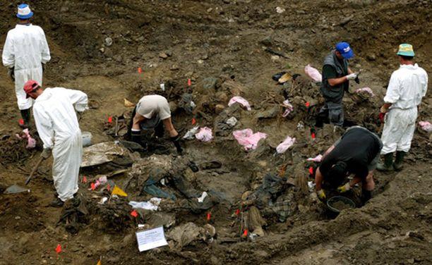 Tutkijat etsivät ruumiita joukkohaudasta Kamenicassa lähellä Srebrenicaa.