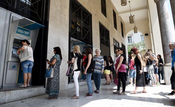 Thessalonikissa jonotettiin lauantaina pankkiautomaatilla.